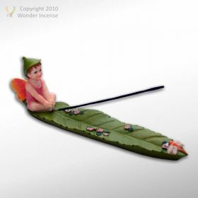 Boy sitting on Leaf Ash Catcher - Pink